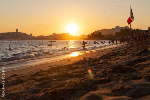 Atardecer y vacaciones de invierno en Acapulco, Mexico Fototapet
