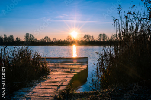 Sonnenaufgang am Steg an den Geisenfelder Weiher in der Hallertau Bayern