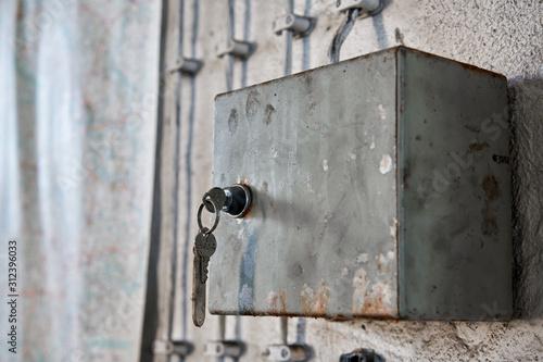 Fototapety, obrazy: Sicherungskasten an der Wand einer verlassenen Fabrik in Magdeburg