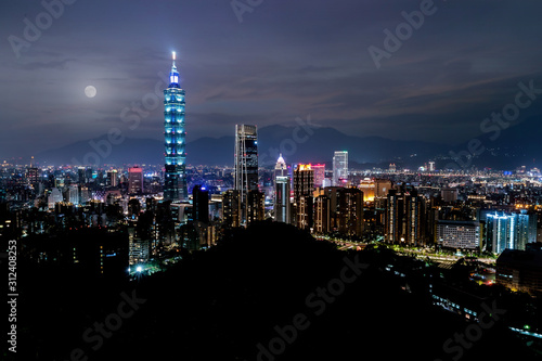 Photo Full moon city skyline, with  taipei 101 tower in taiwan, skyscraper buildings n