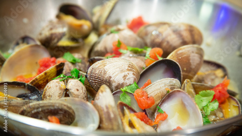 Photo Steamed clams in garlic white wine broth