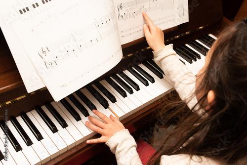 Cuadros en Lienzo  ピアノの練習をする女の子