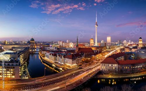 Panorama der beleuchteten Skyline von Berlin, Deutschland, mit dem Fluss Spree, Canvas Print