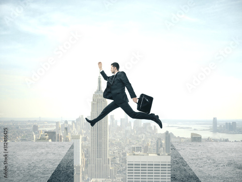Photo Businessman jumping from roof to roof