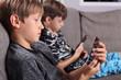 canvas print picture - Jungs mit Smartphones