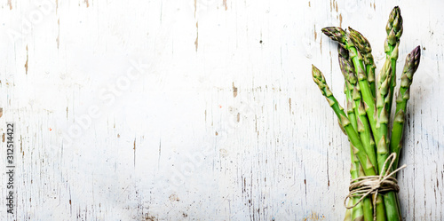 Photo Top view of fresh green asparagus vegetable on vintage wood table