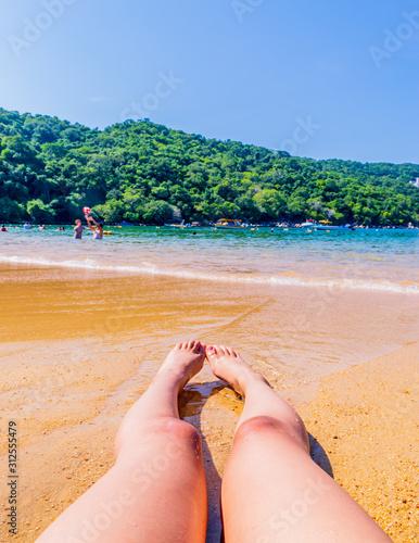Feet resting in Majahua's beach in Acapulco Fototapet