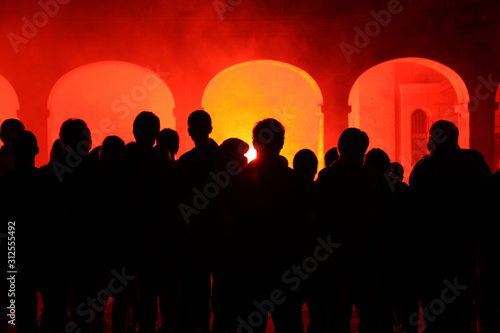 gente mirando el fuego en unos pórticos IMG_7745-as19 Fototapet