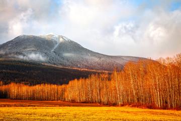 Obraz na Szkle Eko Golden fall sunset with fresh snow near Smithers, British Columbia, Canada.