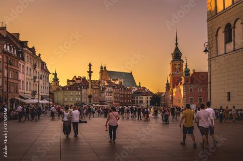 Złoty zachód słońca na Warszawskim placu zamkowym