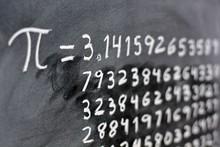 El Número Pi Escrito Con Tiza En La Pizarra, Con Su Equivalencia En Números