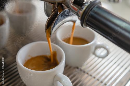 Fotografía  Barista making a cup of coffee soft focus image
