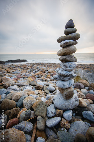 Sterta kamienie przeciw zamazanemu seascape na plażowym Swansea Wales, przestrzeń dla teksta. Koncepcja Zen