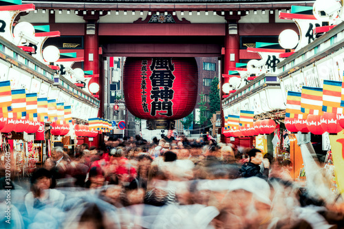 Foto Sincere/Crowd of people walking on Nakamise Dori street of the Asakusa Kaminarim