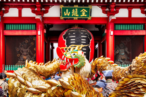 Fotografia, Obraz Shinny Golden Dragon dancing on the event of Kinryu no mai in the  Asakusa Kam