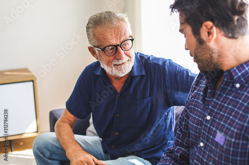 Photo Family time dad and son talking discussion lifestyle in holiday at home
