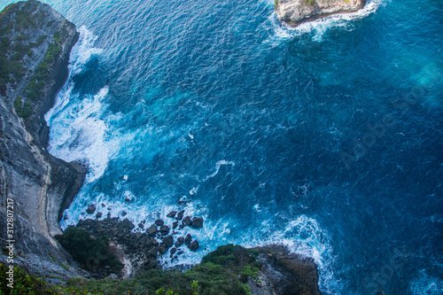 Cuadros en Lienzo  Banah Cliff Sunset View Point With Rock Outcrops and Islands In The Rich Blue Oc