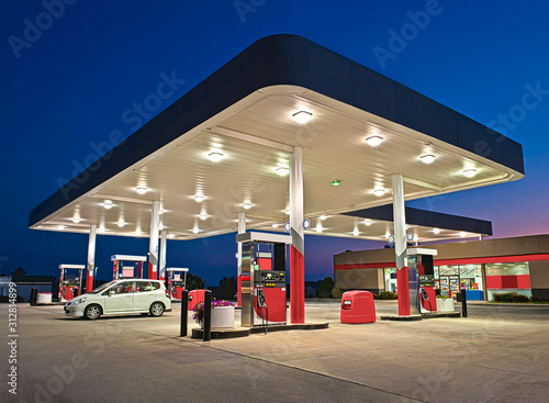 Canvastavla  Gasoline Station and Convenience Store REWORKED