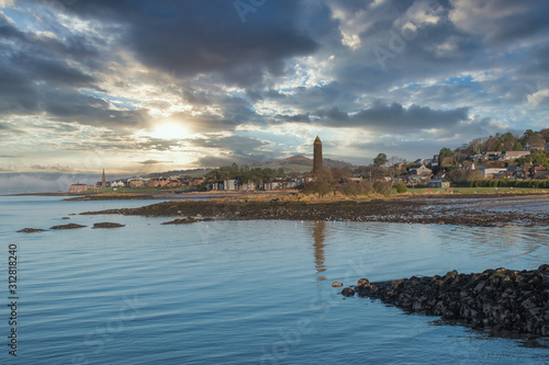 Fotografía Largs Foreshore and the Pencil Monument on a Clear Cold Scottish New Years Eve