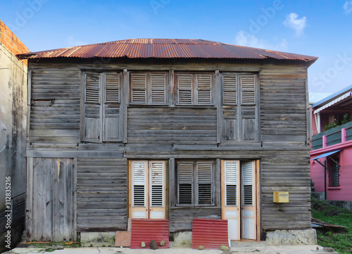 Photo Typical wooden and rusted house in Martinique, French West Indies