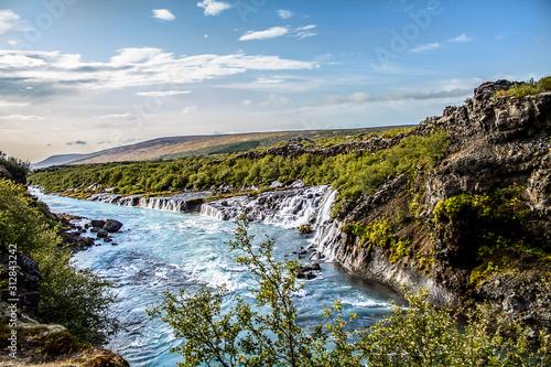 Piękne wodospady z basenem z błękitną wodą