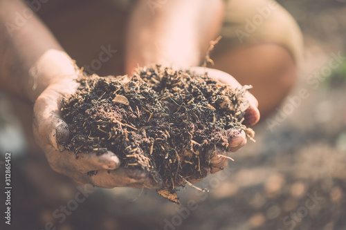 Stampa su Tela  Hand holding mixed soil for plant in the garden
