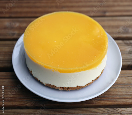 Photo Gluten-free vegan orange and mango cheesecake created using vegan agar agar powder