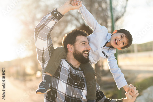 Photo father playing with son in outdoors image