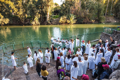 Photo Christian pilgrims baptized dressed in white shirt
