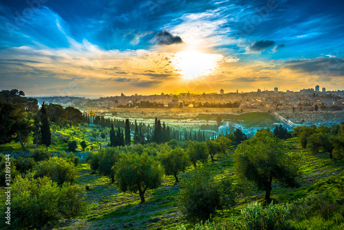 Fotomural Beautiful sunset clouds over the Old City Jerusalem with Dome of the Rock, the Golden/Mercy Gate and St