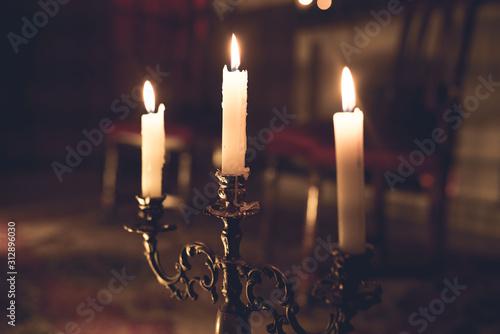 candelabro de velas iluminando una sala Canvas Print