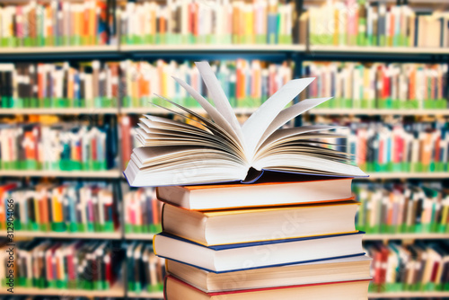 Foto Bücherstapel in einer Bücherei