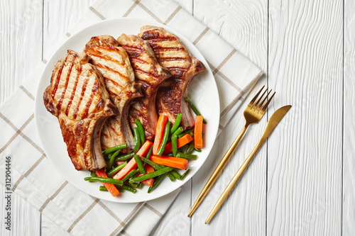 Photo Grilled pork loin cutlets on a plate