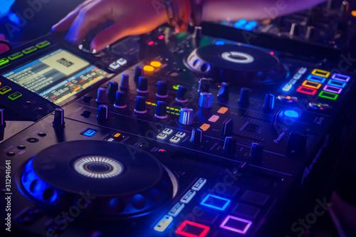 dj mezclando musica en fiesta musica en directo electronica Canvas Print