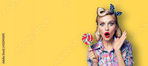 Fotomural Excited surprised woman with candy lollipop