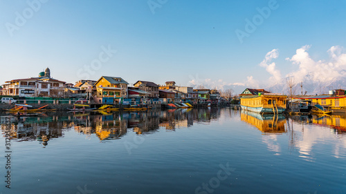 Photo  View of  Dal lake  and boat house before sunset in the heart of Srinagar during