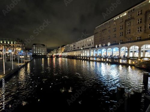 Fototapeta Budynki nad kanałami wodnymi w centrum miasta. Hamburg, Niemcy obraz