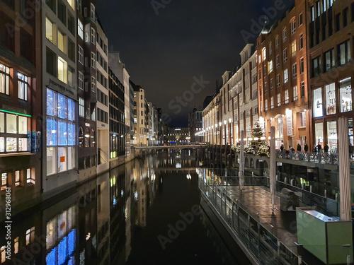 Fotografia, Obraz  Budynki nad kanałami wodnymi w centrum miasta. Hamburg, Niemcy