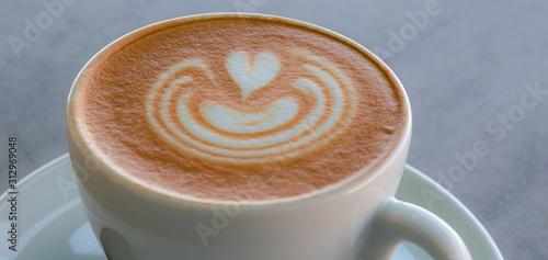 Apetitoso café servido en una taza blanca, con y una bella imagen dibujada en la Billede på lærred