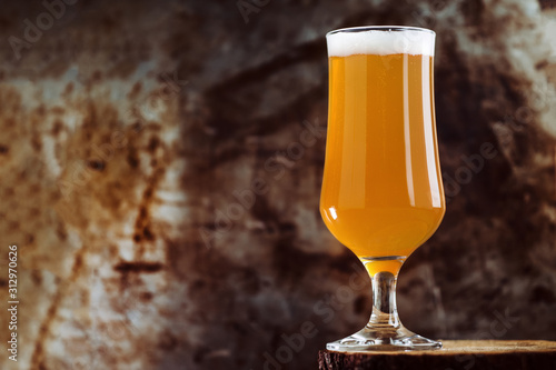 Photo A glass of craft beer ale IPA on a rusty dark background