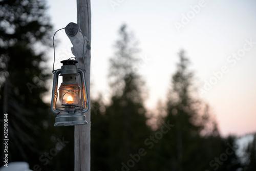 lanterne éclairant le chemin en montagne Canvas Print