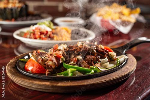 sizzling beef fajita platter Fototapeta