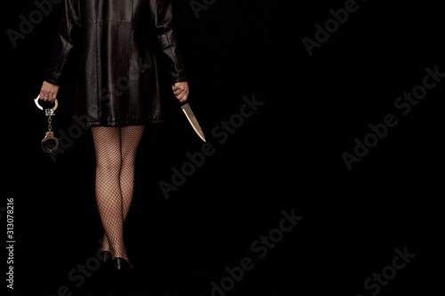Fototapeta Frau in Netzstrümpfen mit Handschellen und Messer obraz