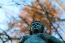 Statua Di Sirena Su Sfondo Alb...