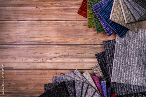Foto floor carpet samples on brown wooden background with copy space
