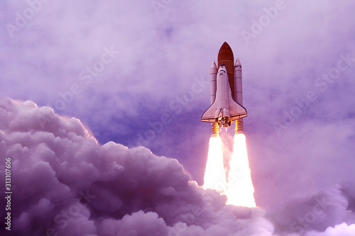 Photo The launch of the space shuttle in an unusual, purple color