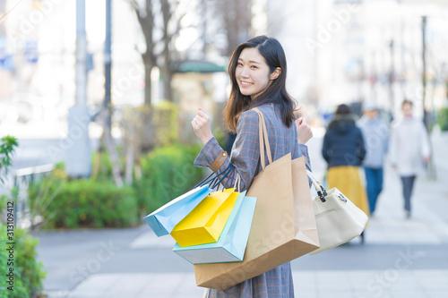 Fototapeta たくさんの買い物袋を抱える女性 obraz