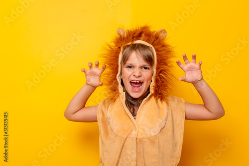 Cuadros en Lienzo Little girl in lion costume roaring