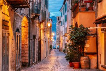 Terracina, Włochy. Noc Wieczorem Widok Starej Ulicy W Iluminacjach