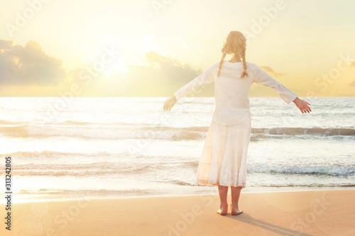 Photo Happy Blonde Girl on beach enjoying serene ocean nature during travel holidays v